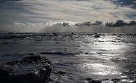 Le fleuve pris dans les glaces, avec de la brume de mer