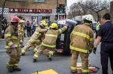 Quelques pompiers (moralement aidés par leurs collègues) ont poussé pour redressé le véhicule