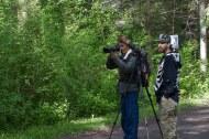 Sur un des sentiers des photographes cherchent quoi photographier.