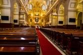 Dans la cathédrale,les célébrants attendent les pas encore jeunes mariés