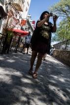 Une touriste mitraille en marchant