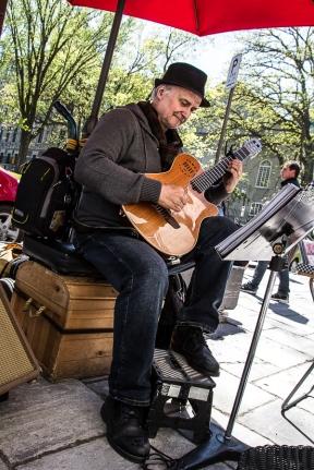 Un musicien de rue tente d'attirer les touristes avec de la guitare classique.