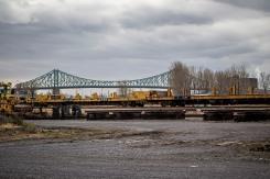 Au loin, le pont Jacques Cartier semble jouer à la ficelle