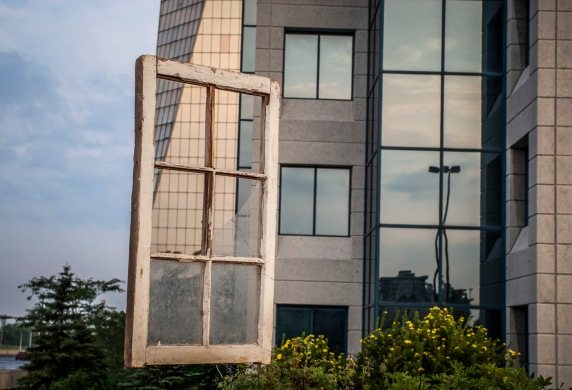 Devant des immeubles à bureau dans l'est de Montréal