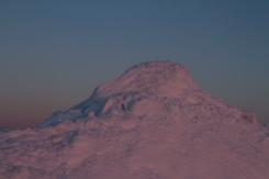 le premier rayon de soleil sur le tas de neige au bord du rang.