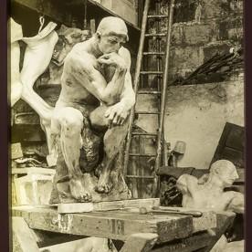 Le penseur dans l'atelier de Rodin