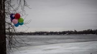 """Il y avait un """"party"""" au bord de la rivière."""