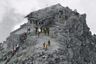 temple-couvert-de-cendres-apres-une-eruption-volcanique-au-japon