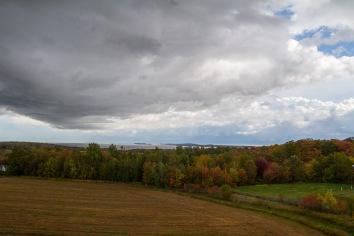 Plus de gris que de rouge dans ce paysage.