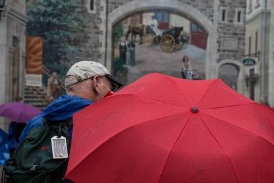 Oui, il pleuvait sur Québec ce jour là. Et ça ne décourageait pas les touristes en balade dans le vieux Québec