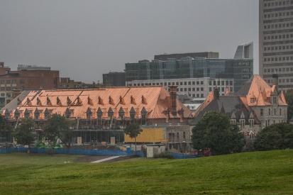 Le toit refait du manège militaire des Voltigeurs refait après l'incendie de 2008, lui aussi luit sous la pluie